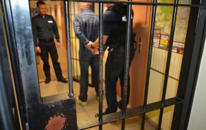 Przy policjantach rzucił się z pięściami na konkubinę z małym dzieckiem
