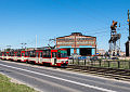Trzywagonowy tramwaj wraca na tory