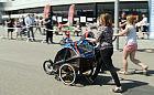 Aktywny tryb z życia z małym dzieckiem jest możliwy. Na stadionie ścigali się wózkami