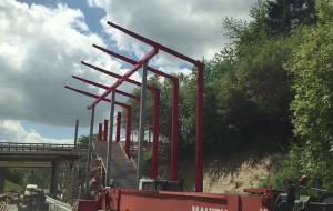 Trwa montaż ozdobnych wiat przystanków PKM w Gdyni