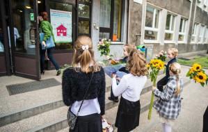 Od kwiatów po bony prezentowe. Ile kosztuje wdzięczność dla nauczycieli?