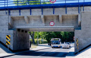 Obniżą jezdnię, bo autobusy nie mieszczą się pod wiaduktem