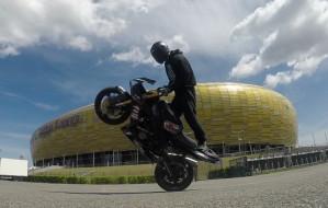 Stunt motocyklowy - ostra jazda bez trzymanki