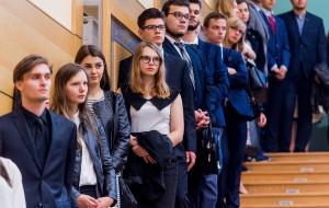 Studenci tracą ponad 3 miesiące zniżek, bo uczelnie każą zwracać legitymacje