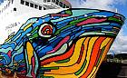 Prom z kolorowym wielorybem autorstwa gdyńskiego artysty