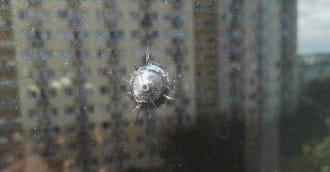 Ktoś strzelał w okno z wiatrówki? Według policji to ślad po kamieniu