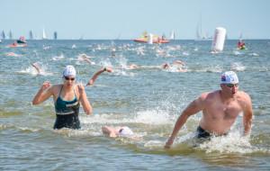 Pływackie wyścigi dookoła molo w Sopocie