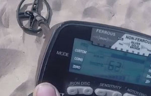 Na zlecenie roztargnionych przeczesuje trójmiejskie plaże
