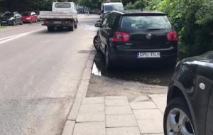 Strażnicy interweniują, a kierowcy dalej zastawiają chodniki w Redłowie