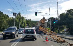 Dźwig zahaczył o wiadukt przy ul. Wielkopolskiej w Gdyni