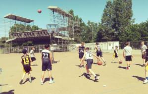 Koszykówka uliczna na Placu Zebrań Ludowych