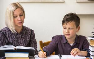 Rodzice też wrócili do szkół. Odrabiają prace domowe swoich dzieci