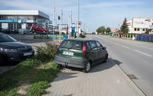 Porzucone auto blokuje chodnik na Jasieniu