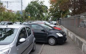 Mieszkańcy narzekają na zapchaną autami ul. Białą. Drogowcy: zwrócimy ją pieszym