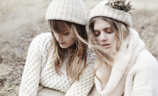 Ubrania, które grzeją: modne swetry i szale