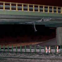 Koparka uderzyła w wiadukt. Prawie doba usuwania skutków wypadku
