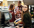 Supermarkety podwyższają płace. Ile zarabia się w handlu?