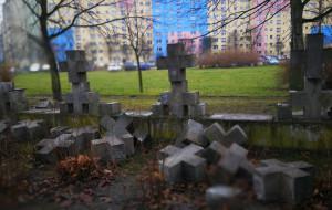 Zniszczony mur cmentarza na Zaspie