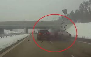 Groźne zderzenie na autostradzie. SUV staranował osobówkę