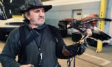 Sokolnik i jego ptak z wizytą w zajezdni we Wrzeszczu