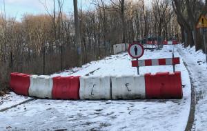 Gdynia: ul. Sienkiewicza rok po osunięciu skarpy wciąż nieprzejezdna