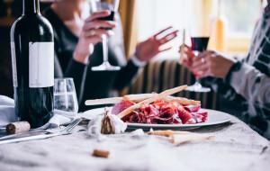 Modne jedzenie: różowy ananas, kawa z grzybów i algi morskie