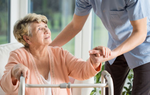 Komu przysługuje zasiłek opiekuńczy za opiekę nad bliską osobą?