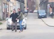 Zatrzymał samochód i pomógł niewidomemu przejść przez jezdnię