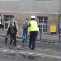 Przechodnie pomogli sprzątać bruk z ulicy