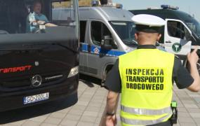 Zobacz, jak funkcjonariusze kontrolują autobusy wożące dzieci