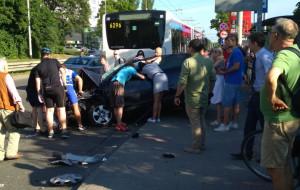 Tragiczny wypadek w Gdyni. Samochód wjechał w autobus