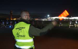 Biegli nocą po lotnisku w Rębiechowie
