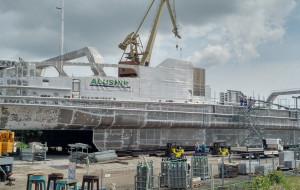 Ruch w stoczniach. Aluminiowy kadłub i statek rybacki