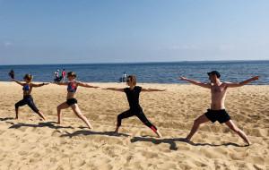Rusz się! Ania Piecunko nie każe zakładać nóg za głowę. Joga na plaży