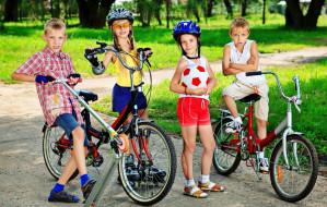 Rowery, hulajnogi i wózki na stadionie lekkoatletycznym