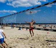 Sporty zespołowe dla wszystkich latem na plaży