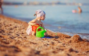 W kostiumie czy bez? Jak iść z dzieckiem na plażę