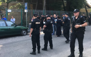 Policja na ulicy, komornik w hali w Sopocie