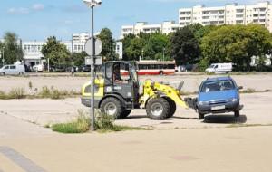 Użył ładowarki, by przeparkować auto