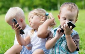 """Dzieci z pokolenia """"iGen"""". Co im grozi przez smartfony?"""