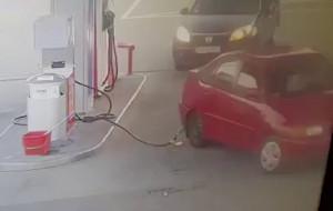 Wyrwał przewód do tankowania na stacji benzynowej