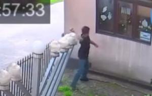 Spokojnie podszedł i rzucił kamieniem w okno synagogi we Wrzeszczu