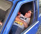 Włamał się do auta i... zasnął w nim