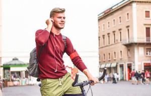 Rowerzyści w słuchawkach a bezpieczeństwo