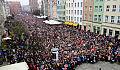 Wspólne historyczne zdjęcie gdańszczan na Długim Targu z okazji 100 lat odzyskania niepodległości