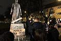 Manifestacja pod pomnikiem ks. Jankowskiego