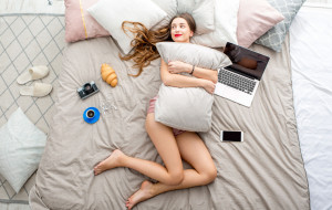 Flanelowa piżama czy jedwabna koszulka. Ważne jak śpimy, ale też w czym