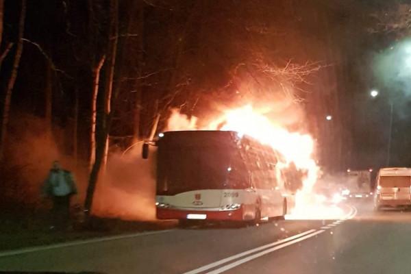 Pożar autobusu miejskiego na Spacerowej i baru w Brzeźnie