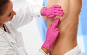 Prewencyjne usuwanie piersi refundowane? Dla kogo profilaktyczna mastektomia