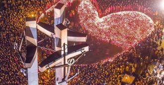 Ogniste serce z 27 tys. zniczy na placu Solidarności